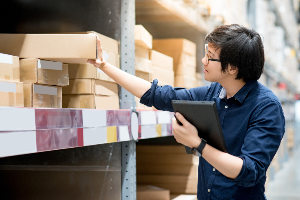employee uses pos inventory software to track items